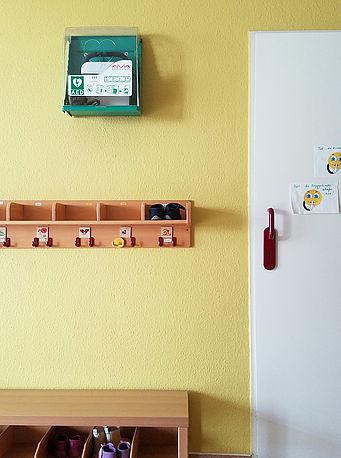 AED-Standort neben der Tür zum Schlafraum
