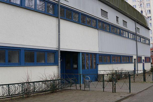 Außenansicht Sporthalle mit Eingang